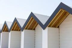 白色海滨别墅顶视图在一个晴天 库存照片