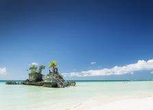 白色海滩和基督徒寺庙在博拉凯热带海岛上p的 库存照片