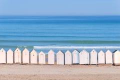 白色海滩客舱线,海洋在背景中 库存照片