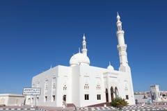 白色清真寺在富查伊拉,阿拉伯联合酋长国 免版税库存照片