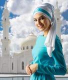 白色清真寺背景的回教女孩 库存照片