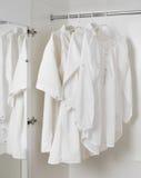 白色清洗被电烙的衣裳 免版税库存照片
