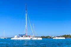 白色游船和游艇 免版税库存图片