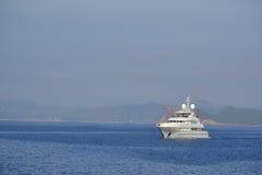 白色游艇在地中海 库存图片