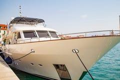 白色游艇在港口 免版税库存图片