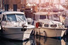 白色游艇在码头,落日停放 图库摄影