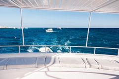 白色游艇在红海 免版税库存照片