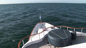 白色游艇弓在大海表面背景的在太平洋 股票录像