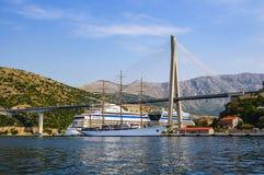 白色游艇,在码头的一艘大游轮在弗拉尼奥・图季曼附近桥梁  克罗地亚杜布罗夫尼克市 库存照片