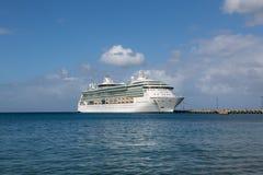 白色游轮在码头结束时 免版税图库摄影