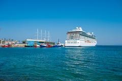 白色游轮靠了码头,所有家庭的巡航,游轮 免版税库存照片