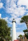 白色灯塔在Brillian天空下 库存照片