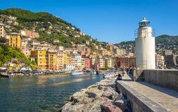 白色灯塔镇码头-色的大厦- camogli在晴天-意大利语里维埃拉-利古里亚-意大利 免版税库存照片