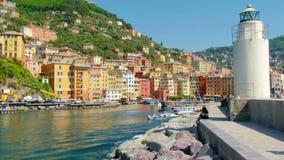 白色灯塔镇码头-色的大厦- camogli在晴天-意大利语里维埃拉-利古里亚-意大利 股票录像