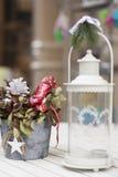 白色灯笼和圣诞节装饰罐 免版税库存照片