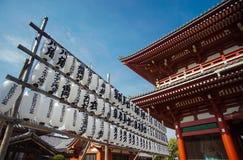 白色灯笼行在Sensoji寺庙或浅草寺庙,东京的 库存照片