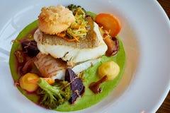 白色炖了在绿色pesto调味汁的鲈鱼与通入蒸汽的硬花甘蓝的菜,红萝卜,甜菜,蘑菇,土豆泥 图库摄影