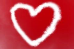 白色烟做的心脏在充满白色云彩、情人节和爱的红色背景 免版税库存照片