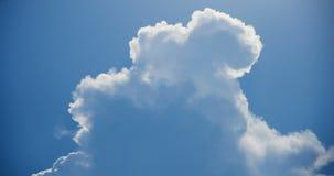 白色烟喜欢云彩timelapse 4K英尺长度 股票录像