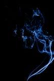 白色烟小捆反对黑背景的 库存图片