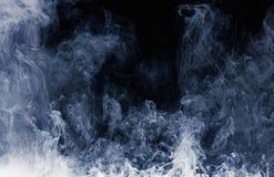 白色烟的抽象样式在黑背景的 薄雾和云彩波浪  库存图片