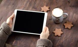 白色片剂在手中 木桌、芬芳可可粉和曲奇饼 免版税库存照片