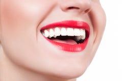 白色牙和红色嘴唇 在漂白牙以后的完善的女性微笑 免版税库存照片