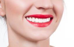 白色牙和红色嘴唇 在漂白牙以后的完善的女性微笑 免版税图库摄影