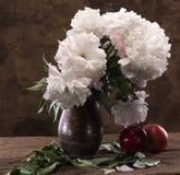 白色牡丹和苹果美丽的花束  库存照片
