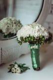 白色牡丹豪华新娘花束与绿色丝带的 免版税库存照片