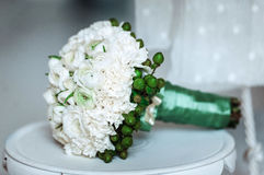 白色牡丹豪华新娘花束在白色位子的 免版税库存图片