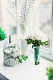 白色牡丹豪华新娘花束在窗台的在窗口前面 图库摄影