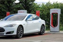 白色特斯拉模型S电车充电的电池 库存照片