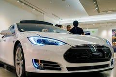 白色特斯拉模型S70电车 图库摄影