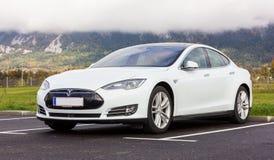 白色特斯拉汽车在欧洲,近的阿尔卑斯 免版税图库摄影