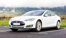 白色特斯拉汽车在欧洲,近的阿尔卑斯 免版税库存照片