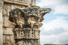 白色犹太教堂废墟在Capernaum,以色列耶稣镇  免版税库存图片