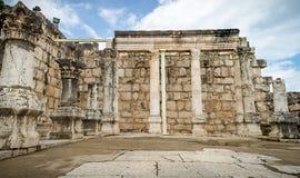 白色犹太教堂废墟在Capernaum,以色列耶稣镇  免版税库存照片