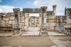 白色犹太教堂废墟在Capernaum,以色列耶稣镇  免版税图库摄影