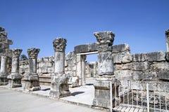 白色犹太教堂的废墟在Capernaum 库存照片