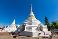 白色独特的塔在Wat Phra那个土井Gongmoo地标 免版税图库摄影