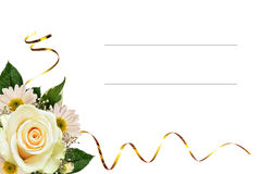 白色玫瑰和翠菊花壁角安排 免版税库存图片