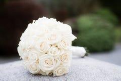 白色玫瑰婚礼花束 免版税库存图片