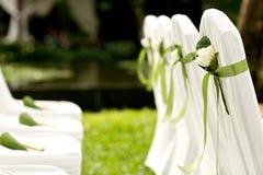 白色玫瑰花在婚礼的装饰椅子 免版税库存照片