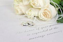 白色玫瑰花束和婚戒 免版税库存照片