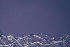 白色珍珠成串珠状与星和缎带的装饰在深蓝背景 库存图片