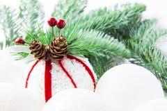 白色球特写镜头云杉的以冷杉分支为背景 库存图片