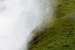 白色用青苔盖的蒸汽和青山, Gulfoss瀑布, 库存照片