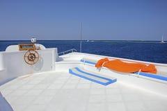 白色甲板蓝色海 免版税图库摄影