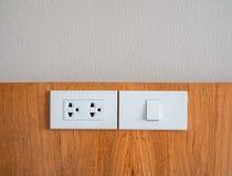 白色电子插口和白光开关 免版税库存图片